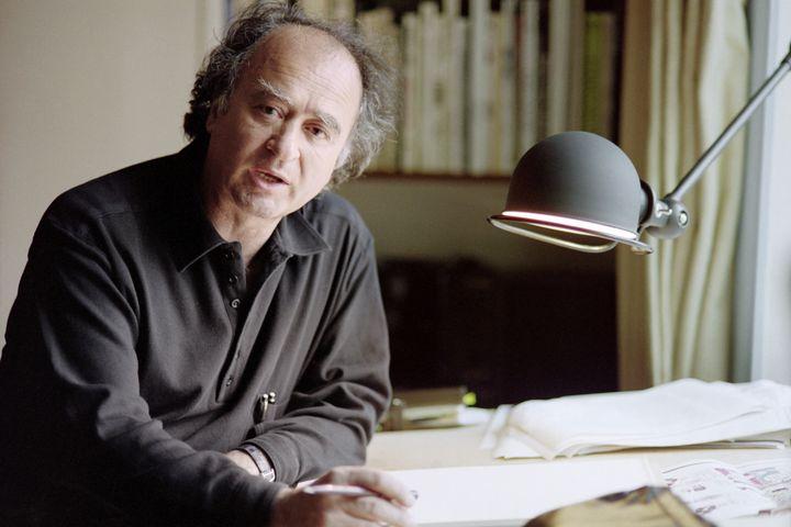Wolinski à son bureau, le 23 avril 1991, à Paris. (AFP)