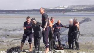 Un couple d'octogénaires enlisé dans la vase, dans l'estuaire de la Canche (Pas-de-Calais), sauvé par les pompiers. (France 2)