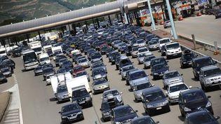 Des automobilistes bloqués à la barrière de péage de Vienne sur l'A7, le 11 juillet 2009. (JEFF PACHOUD / AFP)
