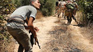 Des combattants libyens du gouvernement d'union nationale progressent vers des positions tenues par le groupe Etat islamique à Syrte (Libye), dimanche 31 juillet 2016. (GORAN TOMASEVIC / REUTERS)