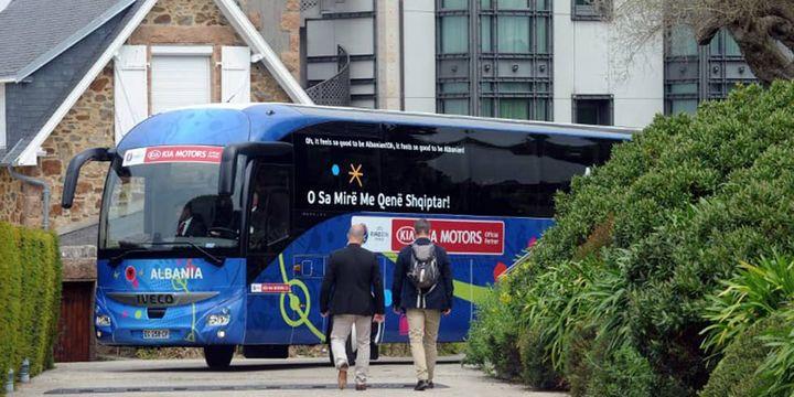 Le bus de l'équipe nationale d'Albanie prend ses quartiers à Perros-Guirrec