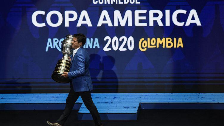 L'ancien joueur brésilien Juninho Paulista présente le trophée de la Copa América, à Carthagène (Colombie), le 3 décembre 2019. (JUAN BARRETO / AFP)