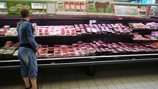 Une femme devant un rayon de viande emballée, dans un supermarché français, le 9 septembre 2014. (JEAN-SEBASTIEN EVRARD / AFP)