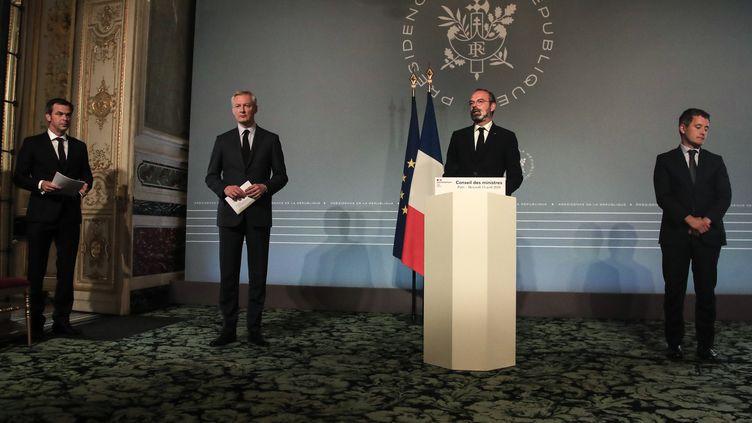 Le Premier ministre Edouard Philippe entouré de trois de ses ministres : Olivier Véran (Santé), Bruno Le Maire (Economie) et Gérald Darmanin (Budget), le 15 avril 2020 à l'Elysée à Paris. (MICHEL EULER / POOL)