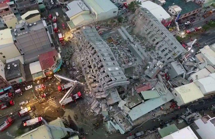 L'immeuble Weiguan Jinlong, à Tainan (Taiwan), après le séisme de magnitude 6.4, le 6 février 2016. (CTI TV / AFP)