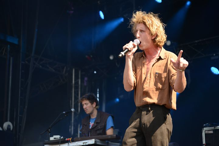 Le leader du groupe le Villejuif Underground, sur la scène des 4 Vents, le 25 août 2019 au Festival Rock en Seine. (JULES BOUDIER)