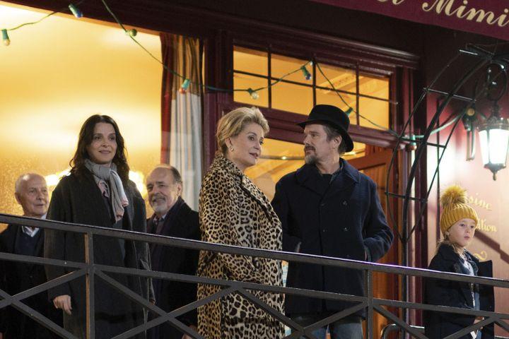 "Juliette Binoche, Catherine Deneuve et Ethan Hawke dans ""La Vérité deHirokazu Kore-eda. (Copyright L.Champoussin/3B/Bunbuku/MiMovies/FR3 Cinema)"