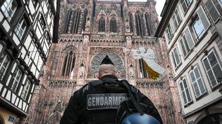 Un gendarme monte la garde dans le centre-ville de Strasbourg, le 12 décembre 2018, au lendemain d'un attentat. (SEBASTIEN BOZON / AFP)