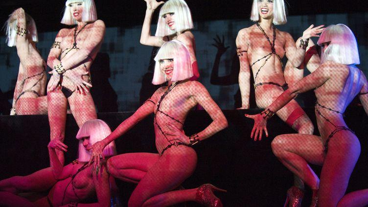 Les danseuses du Crazy Horse. Le cabaret parisienaccueille le week-end du 14 avril une vente aux enchères d'œuvres et d'objets coquins. (JOHANNA LEGUERRE / AFP)