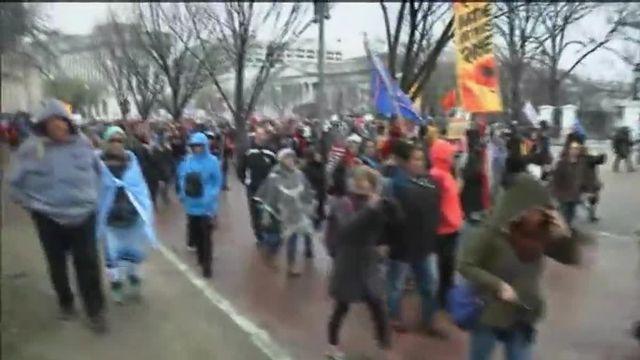 VIDEO. A Washington, des Amérindiens manifestent contre la relance du projet d'oléoduc en Dakota du nord