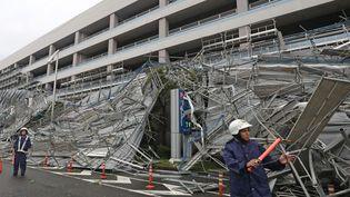 Avec le passage du typhon Faxai, un échafaudage s'est écroulé à l'extérieur d'un parking de l'aéroport deTokyo (Japon), le 9 septembre 2019. (ICHIRO OHATA / YOMIURI / AFP)