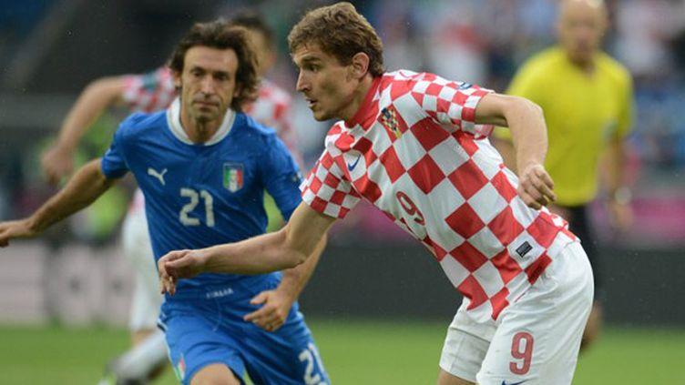 Le Croate Jelavic et l'Italien Pirlo (FRANCISCO LEONG / AFP)