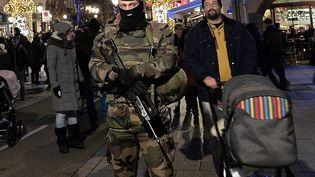 Un militaire veille au bon déroulement du marché de Noël de Strasbourg. (FREDERICK FLORIN / AFP)