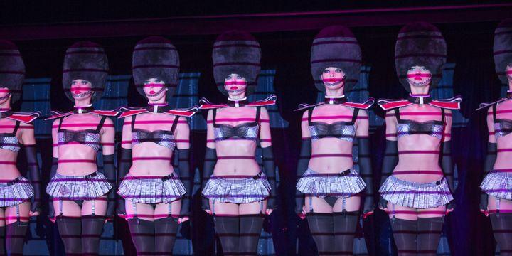 """""""God save the Glam"""", la marche militaire du Crazy Horse  (PASCAL VILA / SIPA)"""