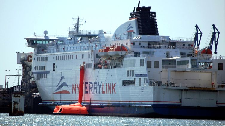 Des employés de la Scop SeaFrance immobilisent un navire dans le port de Calais (Pas-de-Calais), le 1er juillet 2015. (AFP)