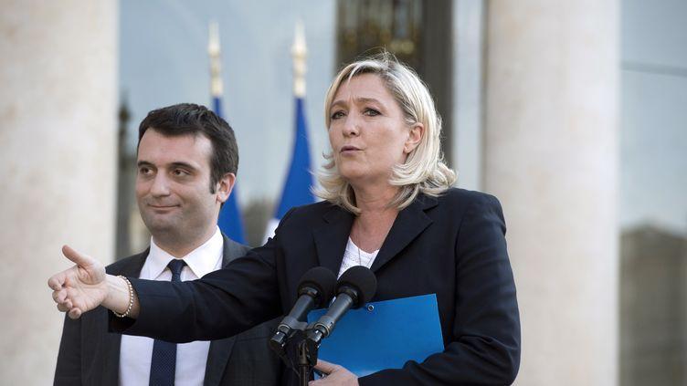 La présidente du FN Marine Le Pen et son vice-président Florian Philippot, lors d'un point presse, dans la cour de l'Elysée, le 16 mai 2014. (ALAIN JOCARD / AFP)