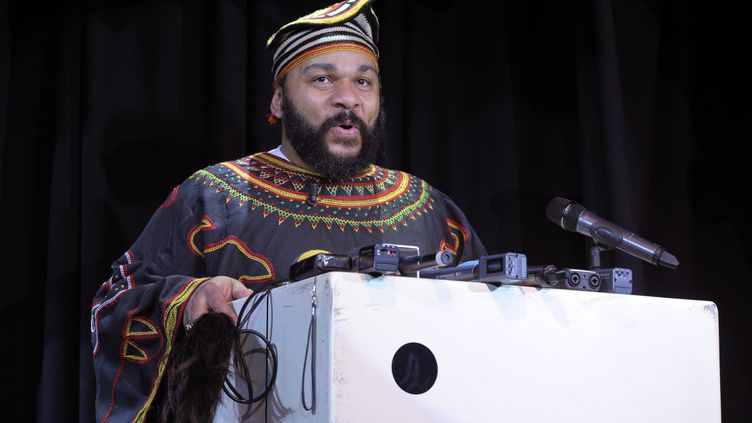L'humoriste controversé Dieudonné donne une conférence de presse au théâtre de la Main d'Or, à Paris, samedi 11 janvier 2014. (ALAIN JOCARD / AFP)