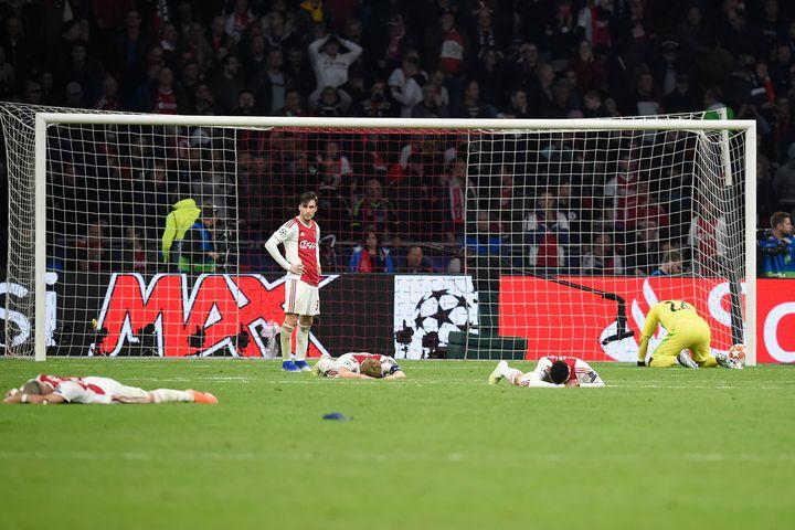 Les joueurs de l'Ajax Amsterdam, effondrés après le dernier but de Tottenham, le 8 mai 2019 à Amsterdam (Pays-Bas). (JOHN THYS / AFP)