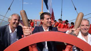 """Le Premier ministre Manuel Valls à bord de """"L'Hermione"""", au large de La Rochelle, le 29 août 2015. (JEAN-PIERRE MULLER / AFP)"""