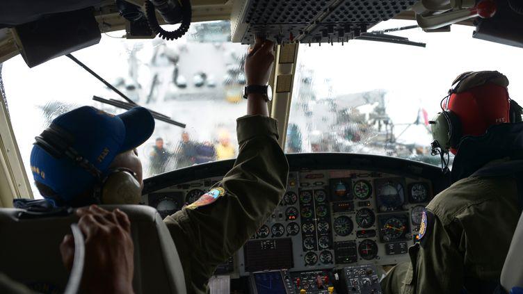 Un hélicoptère indonésien à la recherche de l'aviond'AirAsia disparu au-dessus de la mer Java, le 1er janvier 2015. (ADEK BERRY / AFP)