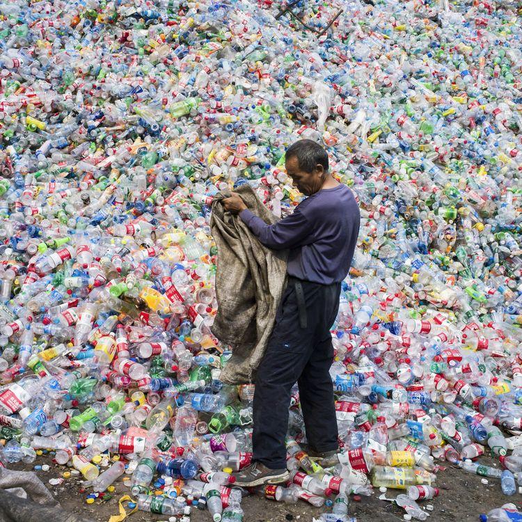 Un centre de tri de bouteilles en plastique, dans le village de Dong Xiao Kou, à la périphérie de Pékin, en Chine, le 17 septembre 2015. (FRED DUFOUR / AFP)