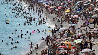 Dimanche 8 juillet, le temps est estival sur les plages de Juan-les-Pins(Alpes-Maritimes). (VALERY HACHE / AFP)