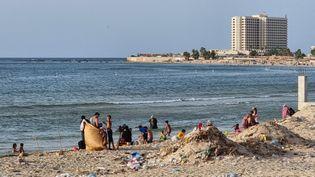 Le front de mer de la capitale Tripoli, le 21 août 2021. Des eaux usées non traitées sont déversées depuis des années directement dans la mer. (MAHMUD TURKIA / AFP)
