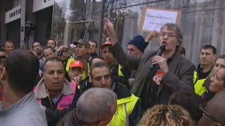 Des employés de Peugeot PSA manifestant devant le siège du groupe, le 15 novembre 2011. (France 3)