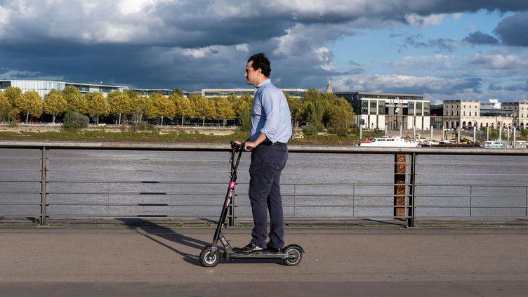 Un homme sur sa trottinette électrique, le 17 octobre 2019 à Bordeaux (Gironde). (VALENTINO BELLONI / HANS LUCAS / AFP)