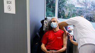 Un homme de moins de 65 ans se fait vacciner contre le Covid-19avecle vaccin AstraZeneca-Oxford au Groupe Hospitalier Sud Ile-de-France, à Melun (Seine-et-Marne), le 8 février 2021. (THOMAS SAMSON / AFP)