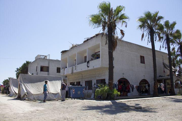 Des tentes de Médecins sans frontières sont installées dans la cour du Captain Elias, à Kos (Grèce), le 19 août 2015. (BENOIT ZAGDOUN / FRANCETV INFO)