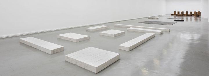 """Vue de l'exposition, Carl Andre: Sculpture as Place, 1958–2010 au Musée d'Art moderne de la Ville de Paris (""""Sand Lime Instar"""", 1966-1995)  (Pierre Antoine)"""