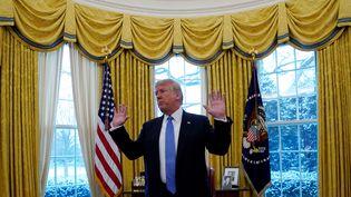 Le président des Etats-Unis, Donald Trump, dans le Bureau Ovale de la Maison Blanche, le 17 janvier 2017 à Washington. (KEVIN LAMARQUE / REUTERS)