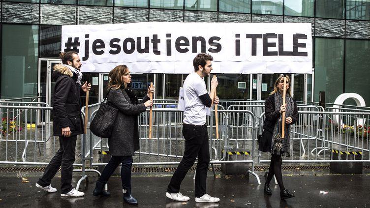 Des journalistes d'i-Télé, le 4 novembre 2016 devant le siège de la chaîne à Boulogne-Billancourt (Hauts-de-Seine). (YANN CASTANIER / HANS LUCAS)