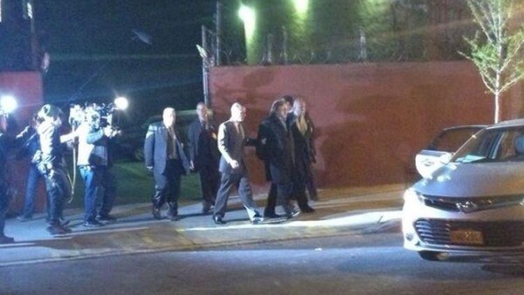 Gérard Depardieu menotté sur le tournage du film d'Abel Ferrara s'inspirant de l'affaire du Sofitel, le 19 avril 2013 à New York. (DTAKRURI / TWITTER)