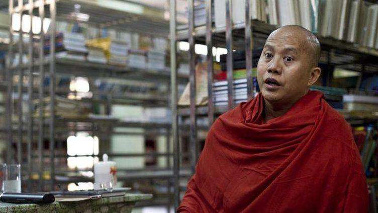 Le mouvement 969 du moine Wirathu et le Ma Ba Tha, organisation qui milite pour la protection de la race et de la religion, jouissent d'une forte présence sur les réseaux sociaux. (YE AUNG THU / AFP )