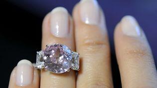 Le 6 mai, une employée de Sotheby's présente le diamant rose de 8,72 carats vendu la semaine suivante à Genève (Suisse). (MARTIAL TREZZINI / AP / SIPA)