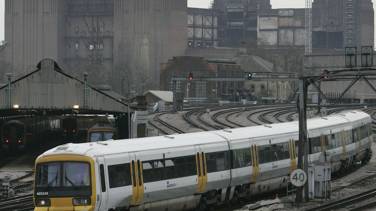 Un train de la compagnie Southeastern à Londres (Royaume-Uni), le 28 février 2008. (LUKE MACGREGOR / REUTERS)