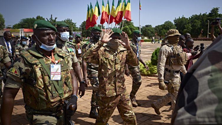 Le colonel Assimi Goita salue des invités lors de la cérémonie du 60e anniversaire de l'indépendance du Mali à Bamako (Mali), le 22 septembre 2020. (MICHELE CATTANI / AFP)