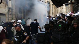 Les forces de sécurité israéliennes font usage de gaz lacrymogène à proximité de la mosquée Al-Aqsa, dans la vieille ville de Jérusalem, le 13 septembre 2015. (AHMAD GHARABLI / AFP)
