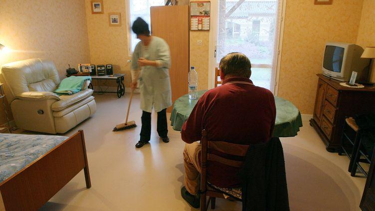 Les aides à domiciles permettent le maintien à domicile de nombreuses personnes âgées. (ROMAIN PERROCHEAU / AFP)