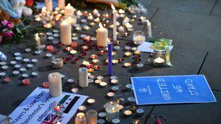 Des messages et des bougies en mémoire des victimes de l'attentat à Manchester (Royaume-Uni), le 23 mai 2017. (BEN STANSALL / AFP)