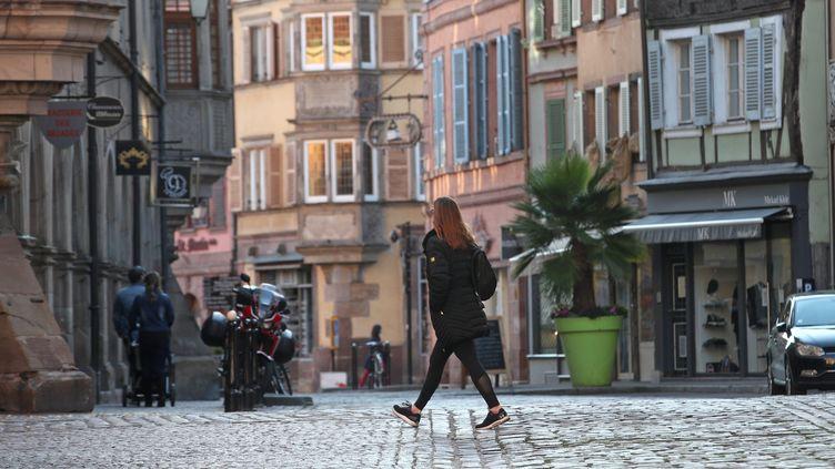 Une femme marche dans le centre-ville de Colmar, le 31 octobre 2020. (JEAN-MARC LOOS / MAXPPP)