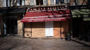 Un bar fermé à Aix-en-Provence, dans les Bouches-du-Rhône, le 20 mars 2020. (CLEMENT MAHOUDEAU / AFP)