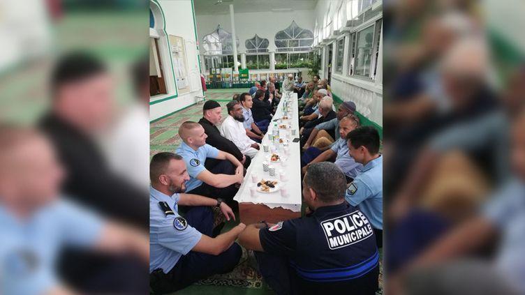 Des gendarmes et des policiers municipaux le 28 mai 2019 à la mosquée de Saint-Joseph, sur l'île de La Réunion, à l'occasion de la célébration de l'iftar pendant le ramadan. (JOHNY K'BIDI)