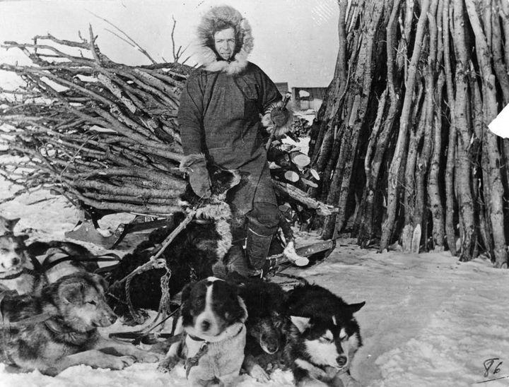 Joseph Bernard avec ses chiens, St Mary's Igloo, 1910 (© O.P.M.)