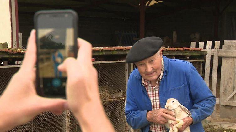 Un retraité photographié par un facteur. (FRANCEINFO)