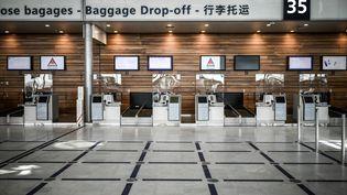 Une zone de dépôt des bagages à l'aéroport d'Orly, le 24 juin 2020. (STEPHANE DE SAKUTIN / AFP)