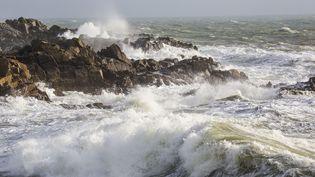 La tempête Carmen touche les côtes du département de la Loire-Atlantique, à Batz-sur-Mer, le 30 décembre 2017. (CAROLINE PAUX / CROWDSPARK / AFP)