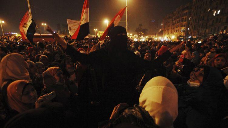 Sur la place Tahrir, au Caire (Egypte), des manifestantes scandent des slogans contre le maréchal Tantaoui, qui a annoncé une série de décisions pour calmer la colère de la rue, le 22 novembre 2011. (MOHAMED ABD EL-GHANY /REUTERS)
